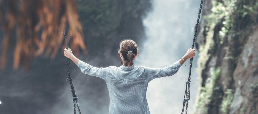 Kvinna på gunga i naturen